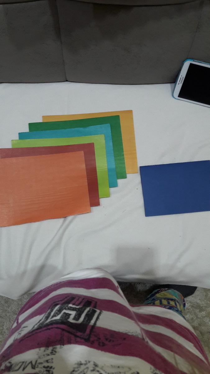 Какой цвет больше подходит к этой синей картонке?