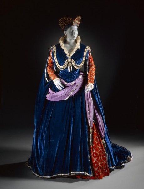 Опишите костюм по любым критериям : цвет, значение , применение, век, какая женщина носила этот костюм и тд и тп?